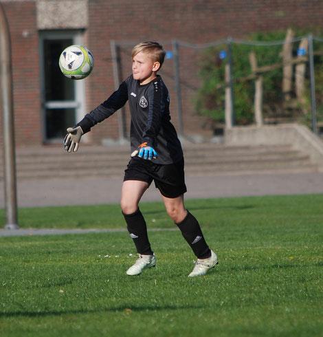 Danach verteidigte die VfL-Deckung um Goalie Dylan (Foto) den hauchdünnen Vorsprung mit aller Energie und Umsicht, so dass den Gästen aus Osternburg kein weiterer Ausgleichstreffer mehr gelang.
