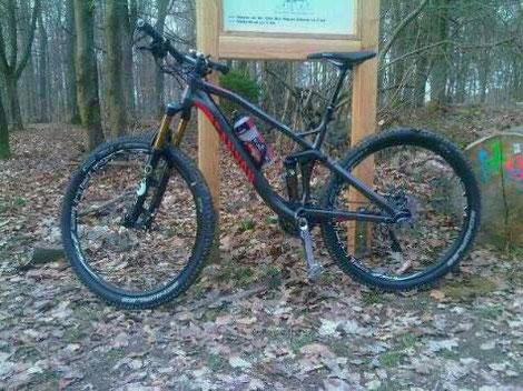 Mountainbike an den 7 Wegweisern im Rheingauer Wald bei Stefanshausen