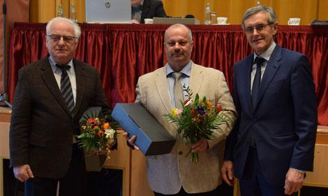 Dirk Neumann als neuer Vorsitzender des Leipziger Vereins (Mitte) mit dem jetzigen  stellv. Vorsitzenden Dr. Lothar Heinrich (li.) und Vereinskassierer Dr. Gerald Sehmisch (Bild: Doreen Kalusok)