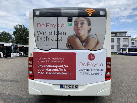 Rückansicht Bus - Mit einer DoPhysio Werbung in Stuttgart