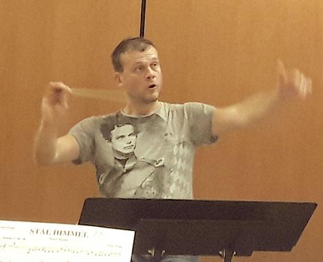 "Thomas Wieser dirigiert das ""Projektorchester Klang"" 2021 im Bürgerhaus Oppau (Bildrechte: MBO)"