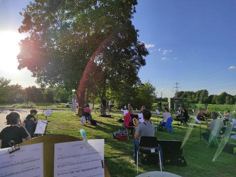 Das Moderne Blasorchester Oppau bei seiner ersten Freilichtprobe nach der Corona-bedingten Zwangspause (Bildrechte: MBO)