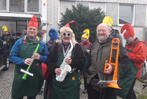 Die Marschgruppe des Modernen Blasorchesters Oppau spielt sich warm für den Oppau-Edigheimer Faschingsumzug 2020 (Bildrechte: MBO)