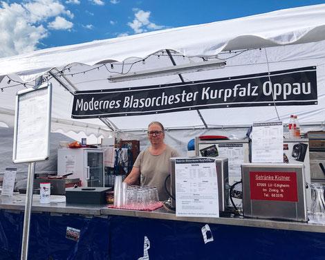Das Moderne Blasorchester Kurpfalz Oppau bewirtet bei der Oppauer Kerwe 2019 (Bildrechte: MBO)