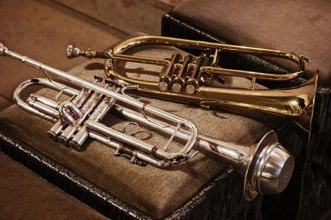 Trompete und Flügelhorn vor dem Einsatz beim Adventskonzert des Modernen Blasorchesters Oppau in der Kirche St. Martin (Bildrechte: Köstlmaier)