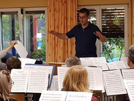 Dirigent Civilotti und das Moderne Blasorchester Oppau bei der Probe für das letzte Jahreskonzert (Bildrechte: MBO)