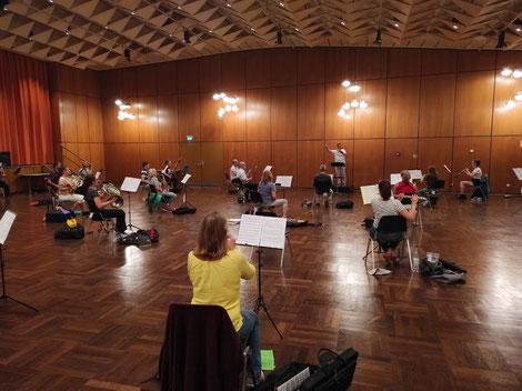 Das Moderne Blasorchester Oppau (MBO) probt für den Auftritt am Freiwilligentag der Stadt Ludwigshafen (Bildrechte: MBO)