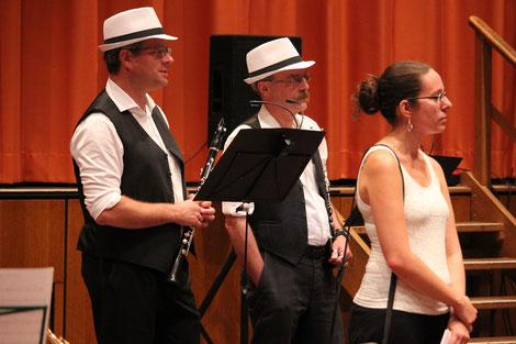 Die Klarinettisten Matthias Meier und Georg Kraus mit der Vorsitzenden des MBO Maren Berger bei der Verabschiedung von Hr. Scheuermann (Bildrechte: MBO)
