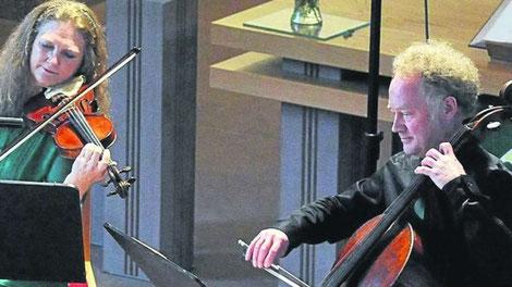Das Emerald-Duo: Geigerin Susan Döring und Cellist Dieter Wulfhorst in Kassel (Foto: Malmus)