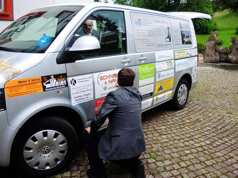 Spitex-Mobile, ein Mitarbeiter der Kinder-Spitex (vorn) und Thomas Engeli (hinten)