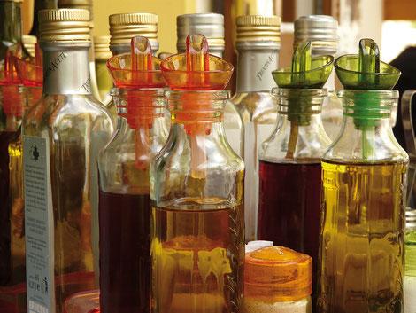 Huiles et vinaigres sont utiles pour donner à un plat toute sa typicité. Dans les étals, le choix désormais pléthorique permet de varier les plaisirs selon l'humeur et la saison. Crédit photo : Pixabay©Hans