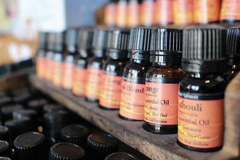 Pour pratiquer un massage à partir d'huile essentielle, il est recommandé de les diluer avec une huile végétale alimentaire ou cosmétique. crédit photo :  Pixabay© mitchf1