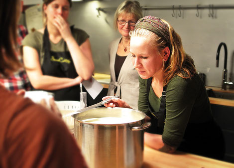 Pour découvrir de nouvelles recettes ou se perfectionner dans un style culinaire en particulier, certains chefs proposent des séances collectives ou des cours particuliers pour parents «toqués».  Crédit photo : Pixabay© hfossmark