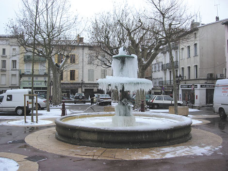 L'hiver à Castelnaudary : l'ancienne place de Verdun et sa fontaine gelée - crédit photo : Couleur Média