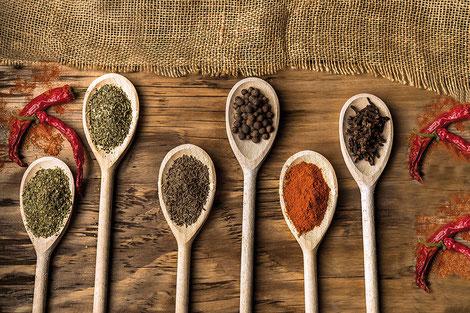 Plus d'une centaine d'épices et aromates ont été répertoriés dans le monde mais il est fort à parier qu'il en existe beaucoup plus. Crédit photo : Pixabay©mattyphotography