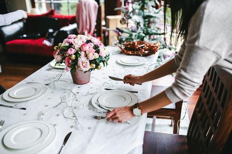 La table, c'est définitivement tout un art ! Chaque détail compte et raconte aux hôtes le soin qu'on a pris à les accueillir. Crédit photo :  Pixabay© kaboompics