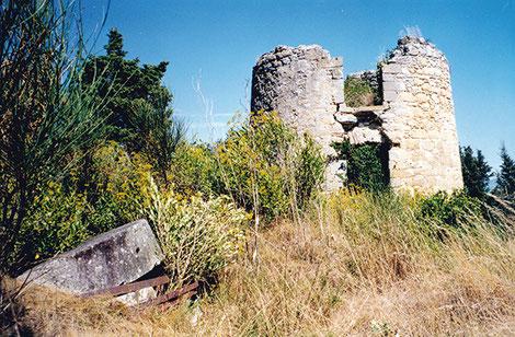Le fut du moulin de Fendeille. Au premier plan subsistent les meules du deuxième moulin