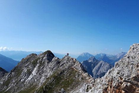 Den Mittenwalder Höhenweg sicher mit Bergführer begwältigen, Schöner Grat mit gut abgesicherten Klettersteigstellen hoch über Mittenwald