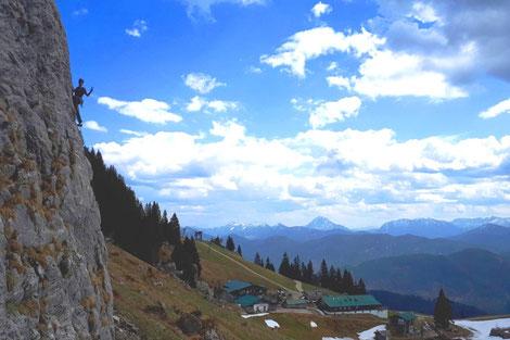 Du wolltest schon immer einmal das Klettern am Fels ausprobieren? Die sonnigen Kletterfelsen rund im die Stiealm am Brauneck sind wie gemacht dafür.