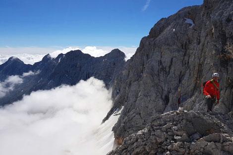 Die Eisenzeit ist eine geschichtsträchtige Klettertour auf die Zugspitze. Auf den Spuren der Tunnelbauer führt dich dein Bergführer steil und teilweise ausgesetzt mit Schwierigkeiten bis zum 4. Grad auf die Zugspitze.