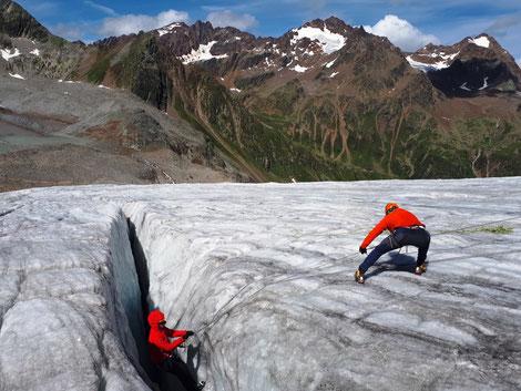 Hochtourenkurs für Einsteiger - in diesem Kurs lernst du die Grundlagen umd selbstständig Hochtouren zu unternehmen - Spaltenbergung, Begehung von Gletschern in der Seilschaft, Lose Rolle, Mannschaftszug, Orientierung am Gletscher