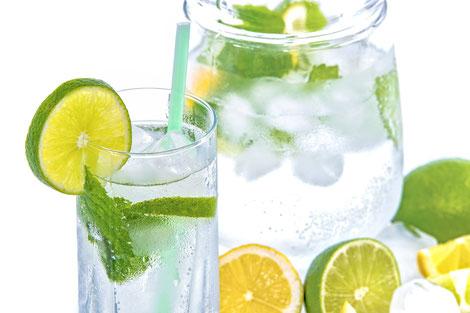 Wasser mit Zitronenscheiben in Karaffe Ernährungsberatung Aschaffenburg