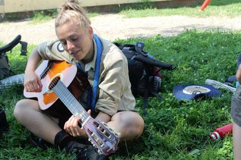 Pfadfinderin mit Gitarre