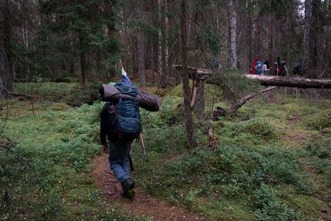 Pfadfinder mit Rucksack und Wimpel auf Wanderung