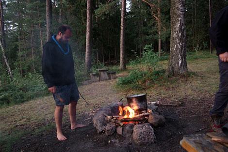 Pfadfinder kochen auf dem Lagerfeuer