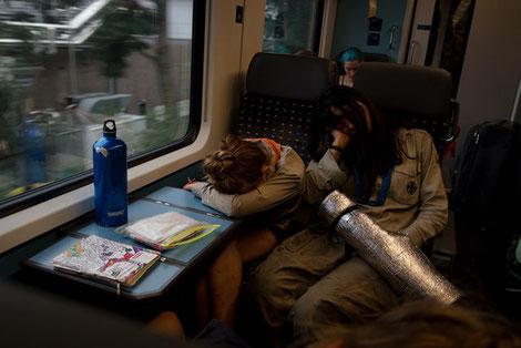 Pfadfinderinnen schlafend im Zug