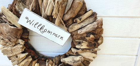 Kranz aus braunem Treibholz mit Willkommensschild
