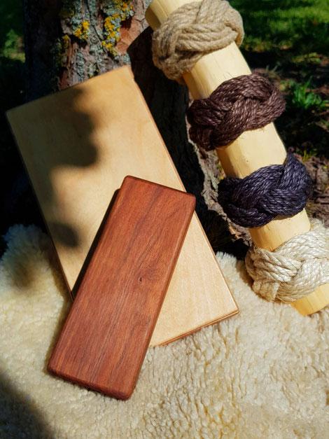 Muster der Sisalknoten am Weidenstamm in Kombination mit Holz und Lammfell.