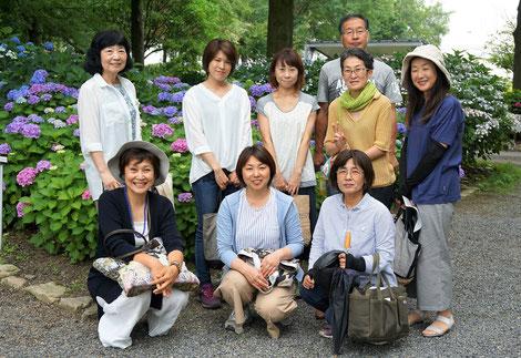 左前から、柴田さん、秋田さん、川邉さん、2列目左から葉井さん、阪上さん、西原さん、平田さん、河合さん、後ろに小林さん(男性)