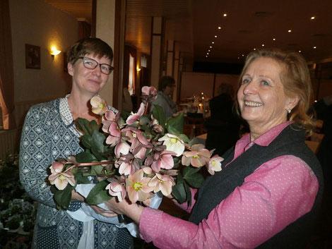 v.l. Staudengärtnerin Susanne Peters mit Dagmar Wagner, die eine wunderschöne Lenzrose bewundert