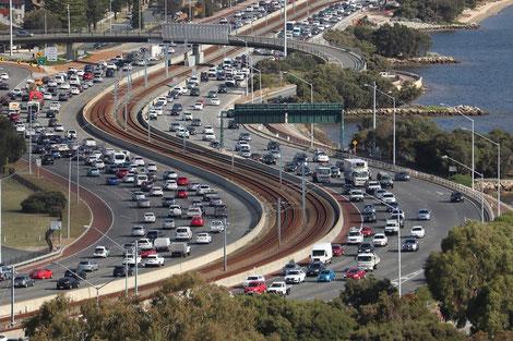 Mit Solarzellen bestückte Verkehrsschilder und Geschwindigkeitsanzeiger helfen Unfälle zu vermeiden und den Verkehrsfluss positiv zu beeinflussen. Fahrspuren können flexibel mit Solar angezeigt und verändert werden.
