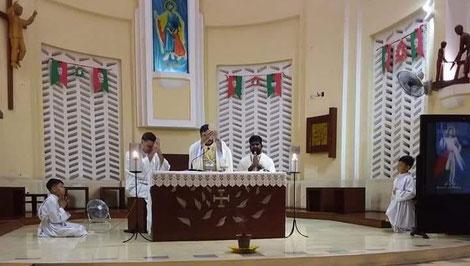 Messe de samedi dernier, chapelle St Joseph, 6h du matin (et oui, en semaine à 6h du matin, il y a parfois des servants d'autel !)
