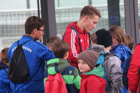U19 Torhüter Ron-Thorben Hoffmann gibt Autogramme