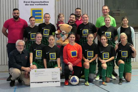 Auch der Vorstand des Pfaffenhofener Jugendfußball Fördervereins Robert Schröder (vordere Reihe links) überreichte einen Spendenscheck an Trainer Hüseyin Yasar (hinten links) und die Fußballerinnen des SV Manching für Julia und ihre Eltern.