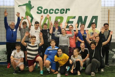 Fördervereinsvorstand Robert Schröder (hinten links) freut sich mit der Sportlehrerin Eva Hellmuth (Mitte rechts) und Schiedsrichter Marc Steffen (hinten rechts) über die Begeisterung der Fußballer