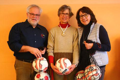 Robert Schröder (1. Vorstand Jugendfußball Förderverein) überreicht Fußbälle an die Verantwortlichen in der Mittagbetreuung der Grundschule Niederscheyern Christa Zeller (Mitte, Leiterin) und Ingeborg Linner (stellvertretende Leiterin).
