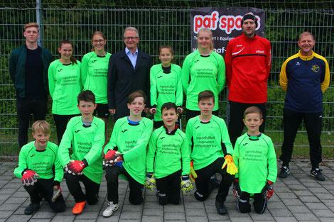 """Die """"Neueinsteiger"""" mit Sponsor Roland Bohlig (Volksbank Raiffeisenbank, Mitte) sowie den Trainern Robin Walther, Rainer Berg und Josef Schweiger (von links)."""