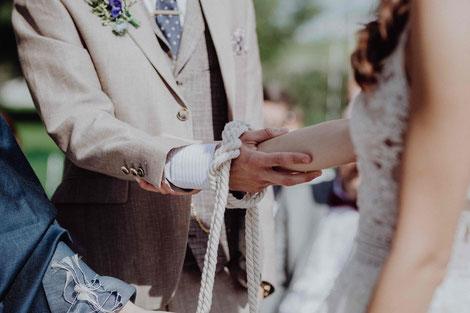 Das Handfasting Ritual. Freie Trauung im Landgut Lingental. Foto: Hochzeitsfotograf Wurth.