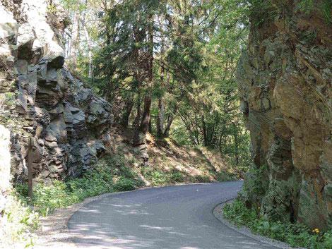Kaiserfelsen im Kalltal, Relikt aus der Zeit, als sich hier ein Hochgebirge vergleichbar mit den Alpen auftürmte.              (Foto: Reiner Feder)