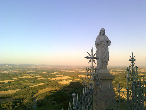 Estatua del Sagrado Corazón ubicada en la explanada del Monasterio del Pueyo. Los milicianos la fusilaron en 1936.