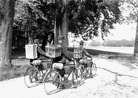 Fahrradpatrouille mit Brieftauben im 1. Weltkrieg