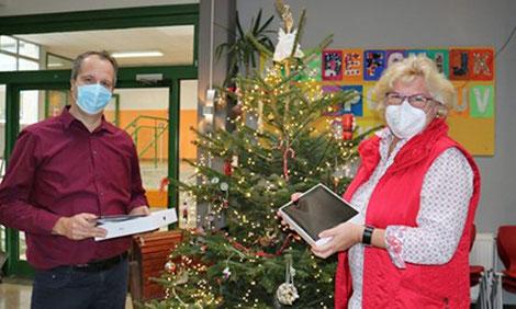 Michael Wiesenhöfer überreicht Schulleiterin Brigit Krohm die iPads. (Foto: Kreisstadt Mettmann)