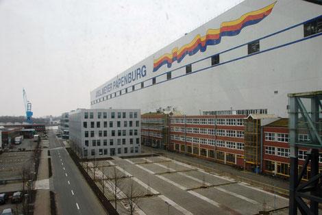 Blick auf die überdimensionale Werfthalle