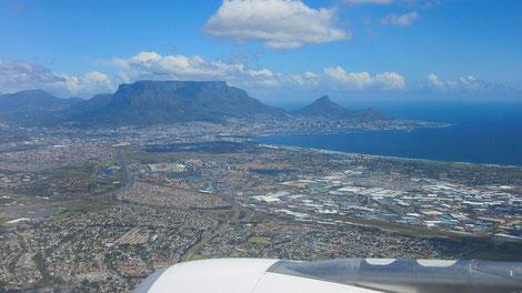 Anflug auf Kapstadt mit herrlicher Aussicht auf den Tafelberg
