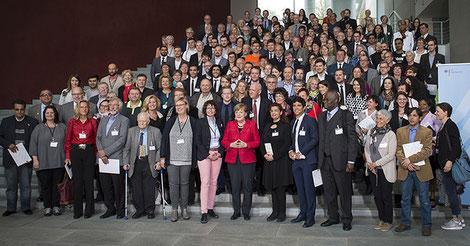 Bundeskanzlerin Angela Merkel mit Ehrenamtlichen in der Flüchtlingshilfe. Foto: Bundesregierung/Bergmann