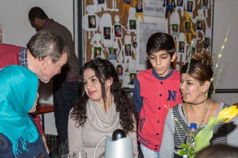 """Beim """"Café Kontakt"""" findet Familienpate Jochen Zimmermann (2. v. l.) in ungezwungener Atmosphäre Zeit für einen Plausch mit (v. l.) Manar Al-Hammaud, Salima und Munir Hamo und deren Mutter Khafa Ibrahim, die als Flüchtlinge in Brühl leben. © Stadtmüller"""